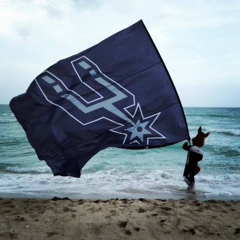 Foto: Coyote agita bandeira do San Antonio Spurs