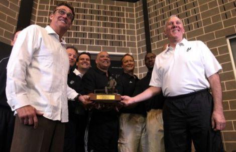 Buford divide prêmio de técnico do ano com Gregg Popovich