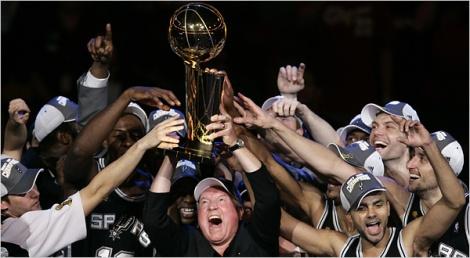 Esse homem feliz aí no meio é Peter Holt, proprietário do Spurs