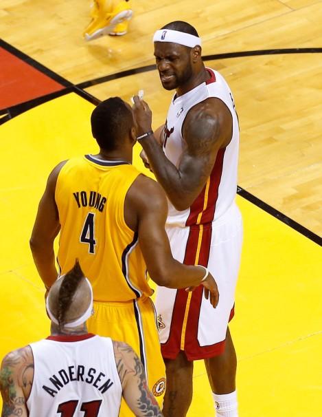 Young troca farpas com LeBron James durante finais da Conferência Leste